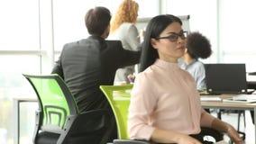 Dificuldades na reunião de negócios, mulher que guarda o cartaz com palavra AJUDA vídeos de arquivo