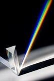 Difracção da luz solar através do prisma de vidro fotografia de stock royalty free
