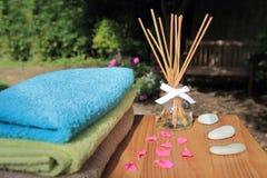 Difuser van het Aromatherapyriet fles in het mooie openlucht plaatsen in ochtendzonlicht Royalty-vrije Stock Afbeeldingen