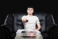Difusión de observación joven del fútbol de la fan de deportes que se sienta en el sofá Foto de archivo