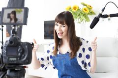 Difusión femenina de la grabación de Vlogger en casa imagen de archivo