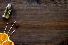 Difusor de la fragancia de la fruta c?trica para la frescura del aire en maqueta de madera de la opini?n superior del fondo foto de archivo libre de regalías
