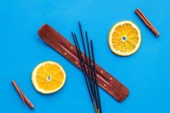 Difusor de la fragancia de la fruta c?trica y del canela para la frescura del aire en la opini?n superior del fondo azul imagen de archivo