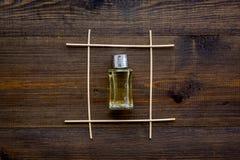 Difusor de la fragancia para la frescura del aire en maqueta de madera de la opinión superior del fondo fotos de archivo