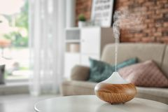 Difusor del aceite del aroma en la tabla en casa fotografía de archivo libre de regalías