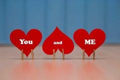 ` Dig och mig `-text på röd pappers- hjärta på tabellen Fotografering för Bildbyråer