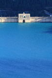 Diga con acqua luminosa blu Fotografie Stock
