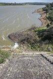 Diga del bacino idrico di Cornalvo dalla cima della parete, Estremadura, stazione termale Fotografia Stock