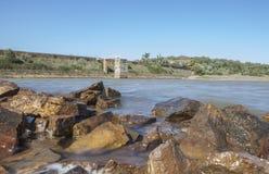 Diga del bacino idrico di Cornalvo dalla riva, Spagna Fotografie Stock