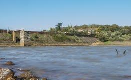 Diga del bacino idrico di Cornalvo dalla riva, Spagna Immagini Stock