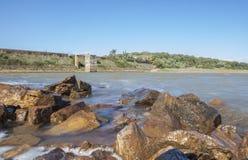 Diga del bacino idrico di Cornalvo dalla riva, Spagna Fotografia Stock