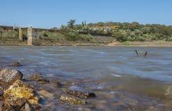 Diga del bacino idrico di Cornalvo dalla riva, Spagna Fotografia Stock Libera da Diritti