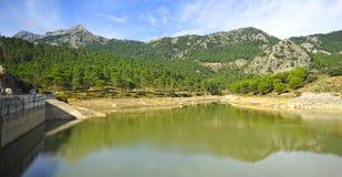 Diga del bacino idrico di Fresnillo, sierra parco naturale del de Grazalema, provincia del diz del ¡ di CÃ, Spagna Fotografia Stock