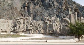 Diga del bacino idrico di Kirov dei costruttori di Bas Costruito 1965 - 1975 Tala della valle, Kirghizistan fotografie stock libere da diritti