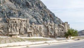Diga del bacino idrico di Kirov dei costruttori di Bas Costruito 1965 - 1975 Tala della valle, Kirghizistan immagine stock libera da diritti