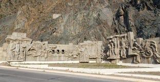 Diga del bacino idrico di Kirov dei costruttori di Bas Costruito 1965 - 1975 Tum della valle fotografia stock