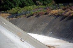Diga dell'inondazione del bacino idrico dell'insenatura di Stevens fotografie stock libere da diritti