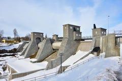 Diga della centrale elettrica di energia idroelettrica nell'inverno, Finlandia, Imatra immagini stock libere da diritti