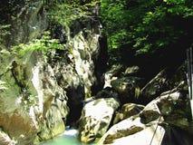 Diga della roccia sopra il fiume immagine stock