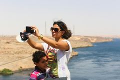 Diga di Assuan dei turisti in alta diga - Egitto Fotografie Stock