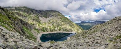 Diga di Cingino e lago, Piemonte, Italia immagine stock libera da diritti