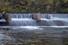 Diga di diversione del fiume immagine stock