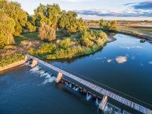 Diga di diversione del fiume - vista aerea Fotografie Stock