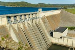 Diga di energia in un lago Fotografie Stock Libere da Diritti