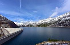 Diga di Koelnbrein ed il bacino idrico della diga nelle montagne delle alpi l'austria Fotografia Stock
