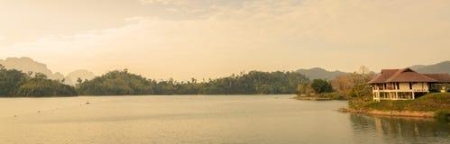 Diga di Ratchaprapha nella provincia di Surat Thani, Tailandia Immagini Stock