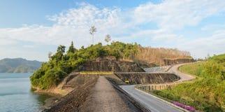 Diga di Ratchaprapha nella provincia di Surat Thani, Tailandia Fotografia Stock