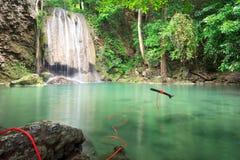 Diga di Srinakarin della cascata di Huai Mae Kamin del paesaggio in Kanchanaburi Fotografie Stock