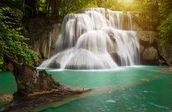 Diga di Srinakarin della cascata di Huai Mae Kamin del paesaggio in Kanchanaburi Immagini Stock Libere da Diritti