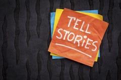 Diga el recordatorio de las historias en nota pegajosa foto de archivo libre de regalías