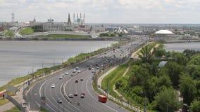 Diga, fiume e città di trasporto Kazan, Tatarstan, Russia archivi video
