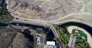 Diga idroelettrica del fiume di Boise con il parco pubblico in fioritura completa di colore di autunno stock footage