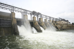 Diga idroelettrica su un fiume Immagini Stock