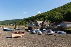 Diga Somerset England Regno Unito di Porlock vicino all'eredità di Exmoor con le barche a bassa marea di estate Fotografia Stock Libera da Diritti