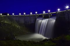 Diga sopra il fiume di Eresma, Segovia Spagna Bacino idrico del pontone immagini stock