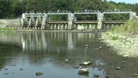 Diga sul fiume di Morava, centrale elettrica idroelettrica, fiume di secchezza di Morava, una carestia di estate video d archivio
