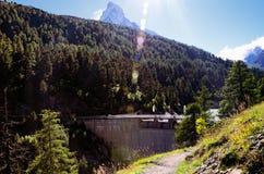 Diga vicino a Zermatt (Svizzera) ed alla montagna del Cervino al sole Fotografie Stock
