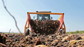 Digger πατατών στην εργασία φιλμ μικρού μήκους