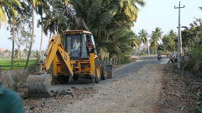 Digger σκάψιμο στο δρόμο σε Hampi απόθεμα βίντεο