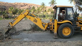 Digger σκάψιμο στο δρόμο σε Hampi φιλμ μικρού μήκους