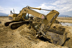 Digging. A excavator digging the base of a new building Royalty Free Stock Photography