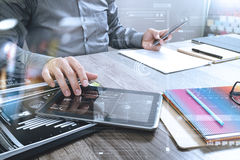 Digita dello Smart Phone della tenuta del progettista del sito Web e del computer di funzionamento Immagini Stock