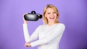 Digitaal apparaat en moderne kansen Moderne de technologie vr hoofdtelefoon van het meisjesgebruik Virtuele werkelijkheid en toek stock fotografie