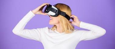 Digitaal apparaat en moderne kansen Virtuele werkelijkheid en toekomstige technologieën Moderne de technologie vr hoofdtelefoon v stock afbeelding