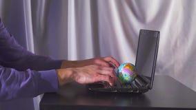 Digitaal economie en inkomens online concept globaal op hand met netwerk en laptop computer Langzame Motie stock video
