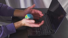 Digitaal economie en inkomens online concept globaal op hand met netwerk en laptop computer Langzame Motie stock videobeelden